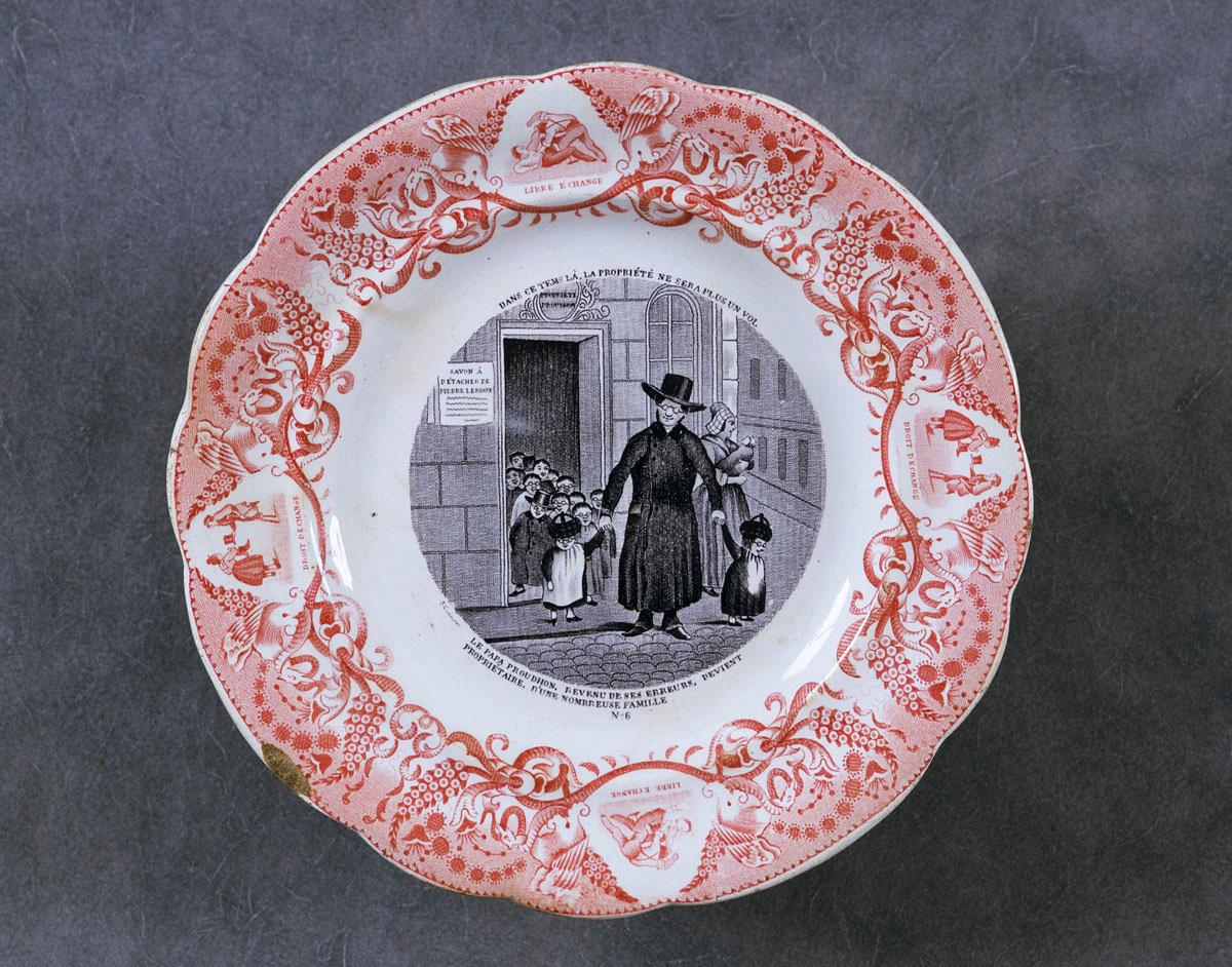 L'assiette est décorée par une scène satirique relative aux théories socialistes