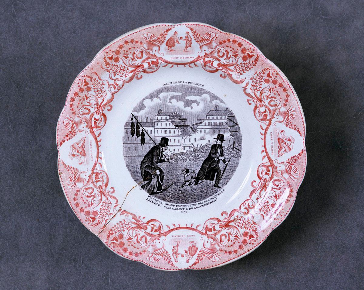 L'assiette est décorée d'une scène satirique mettant en scène le socialiste Prou