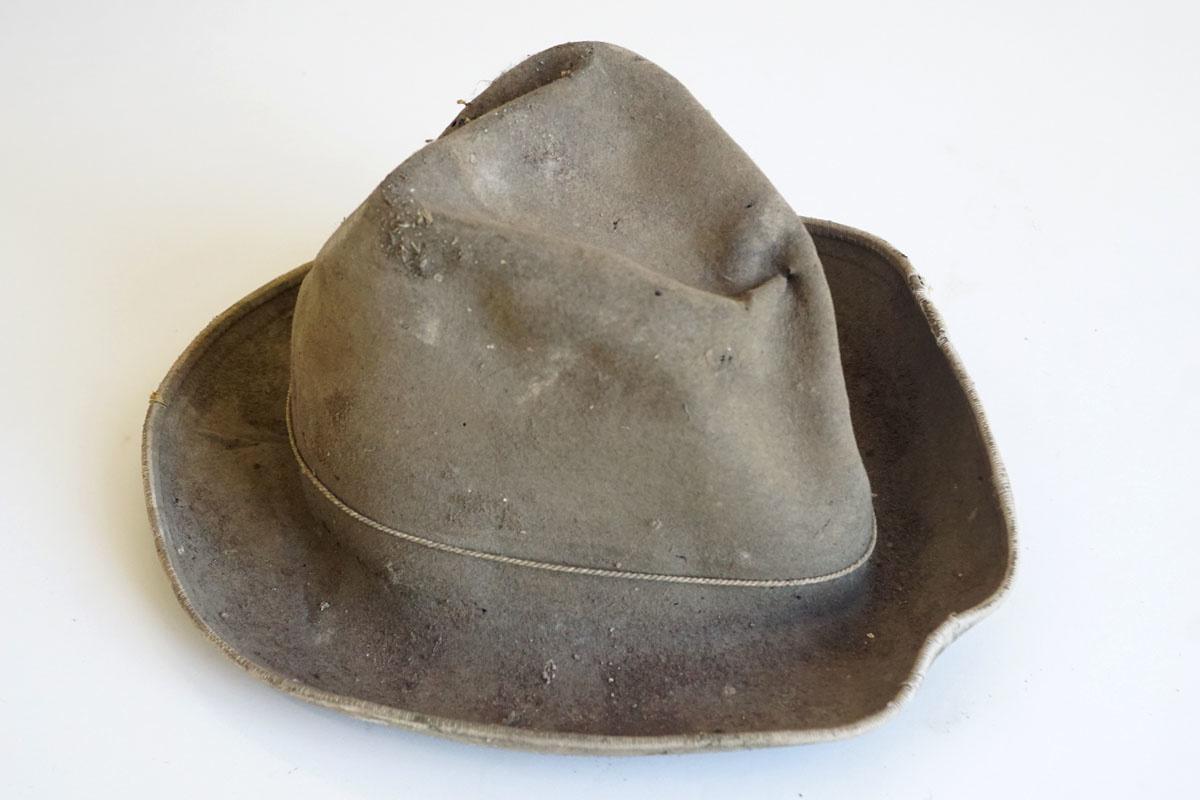 Le chapeau sur la photographie a été retrouvé sur la toiture de l'aile gauche du