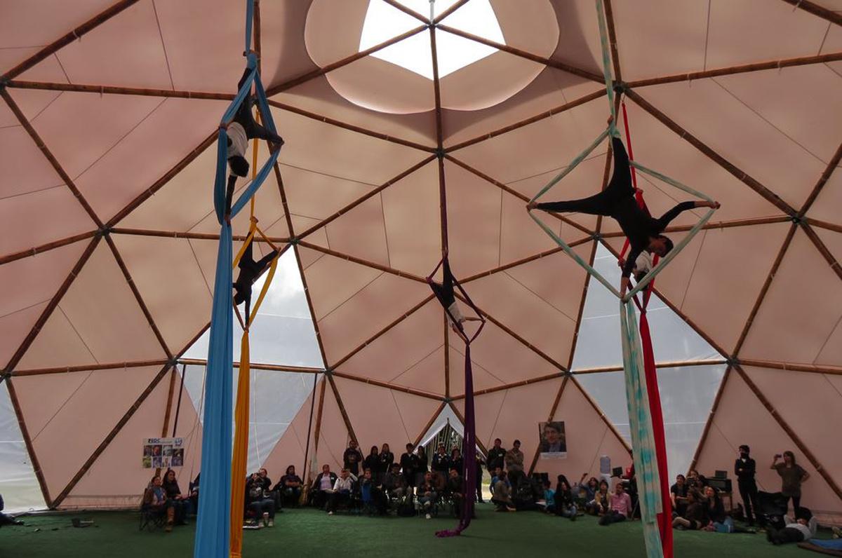 Élèves pendant un cours d'expression physique et artistique dans la Megaulas Coh