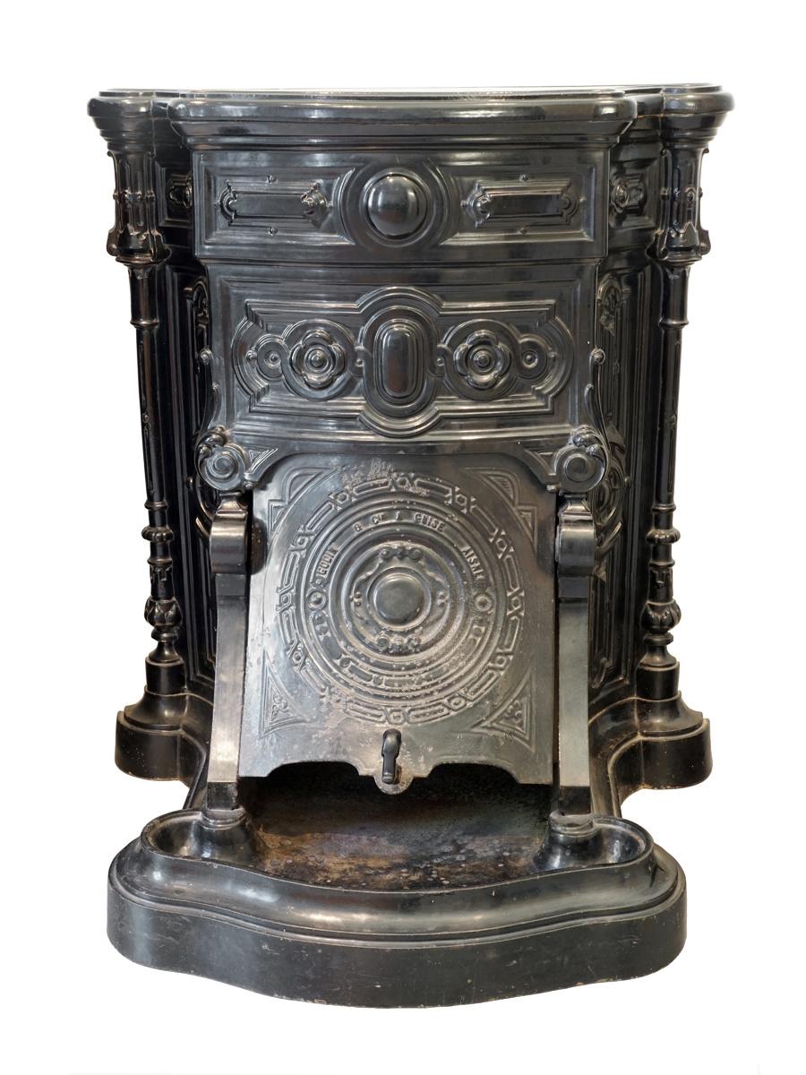 La cheminée n° 9 est photographiée de face.