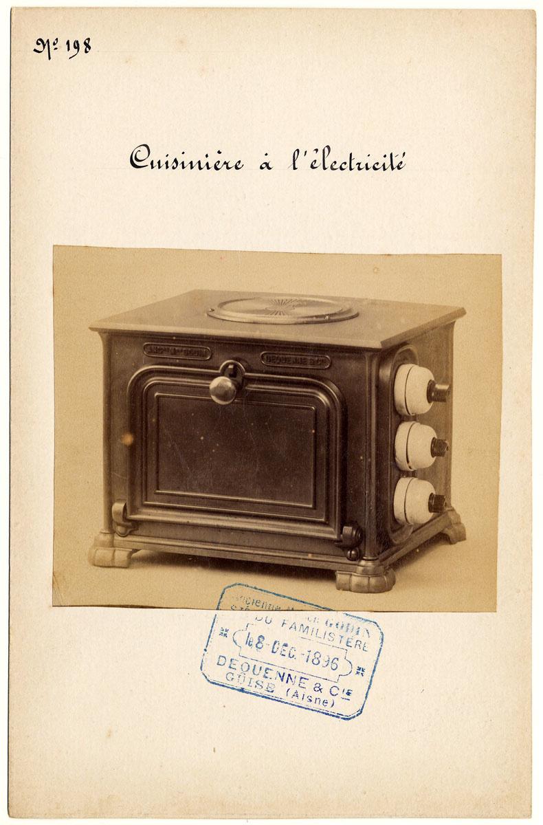 La photographie montrer une petite cuisinière électrique vue de trois-quarts.
