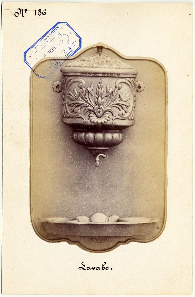La photographie montre le modèle du lavabo-fontaine n° 10.