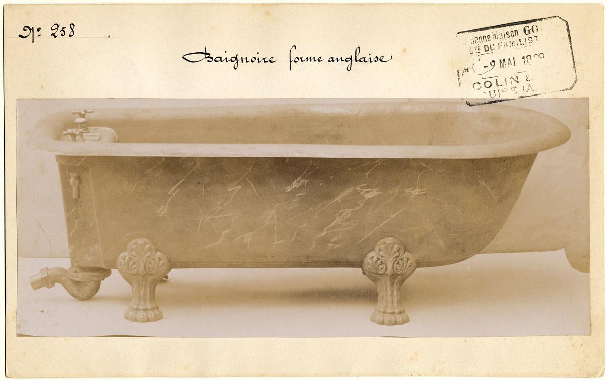 La photographie montre une baignoire sur pieds.
