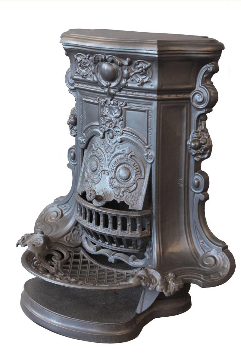La cheminée est photographiée de trois-quarts.