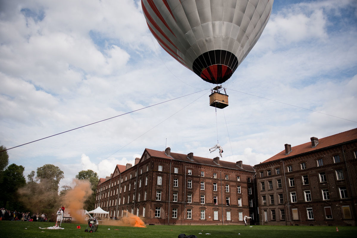 La photographie montre la montgolfière du cirque Inextremiste derrière le Palais