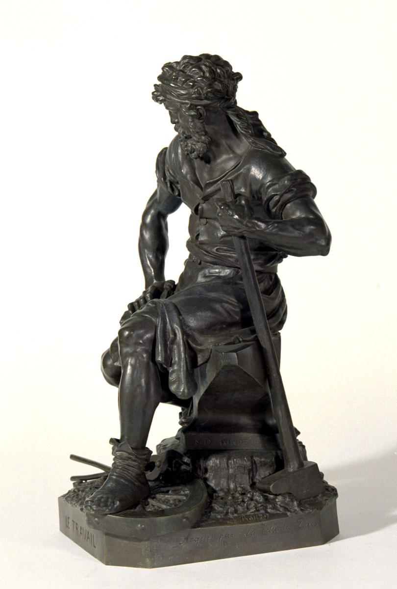 Vue de côté de la statuette du Travail de Charles-Auguste Lebourg.
