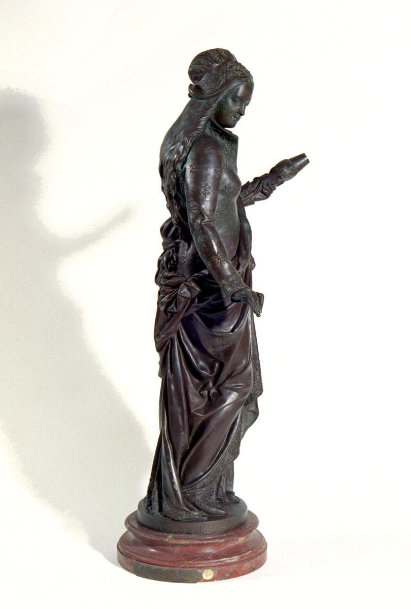 Vue de profil de la statuette représentant une fileuse.
