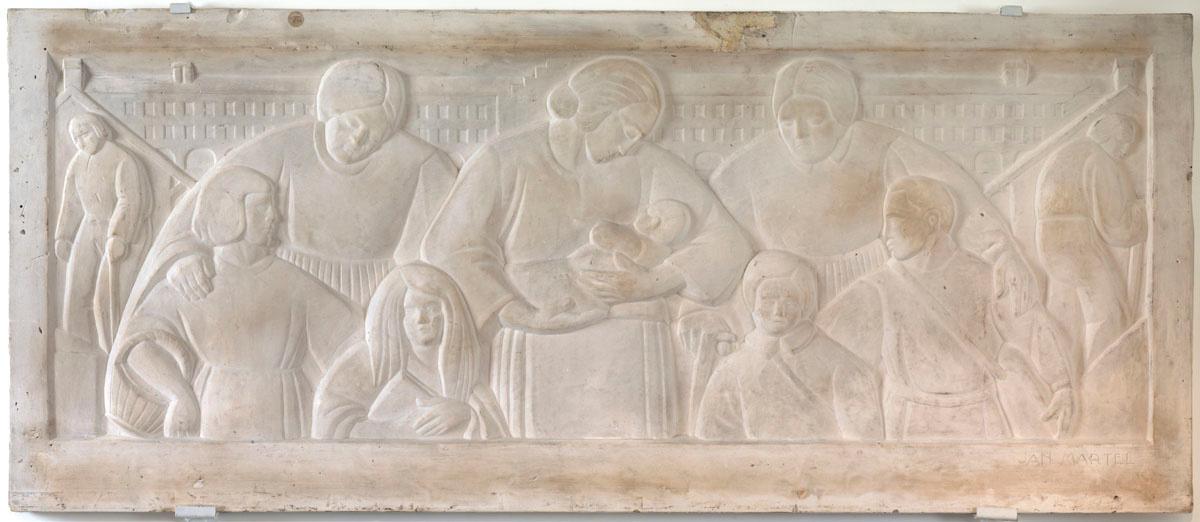 Le relief en plâtre montre un groupe de personnage devant le Palais social du Fa