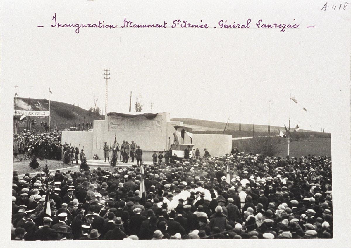 La photographie représente l'inauguration du monument de la Cinquième Armée le 2