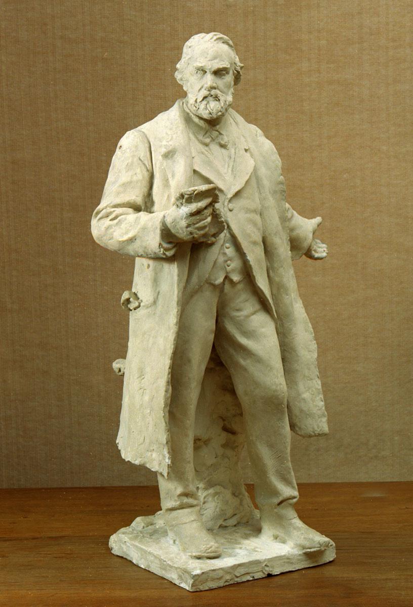 La statuette est photographiée de face.
