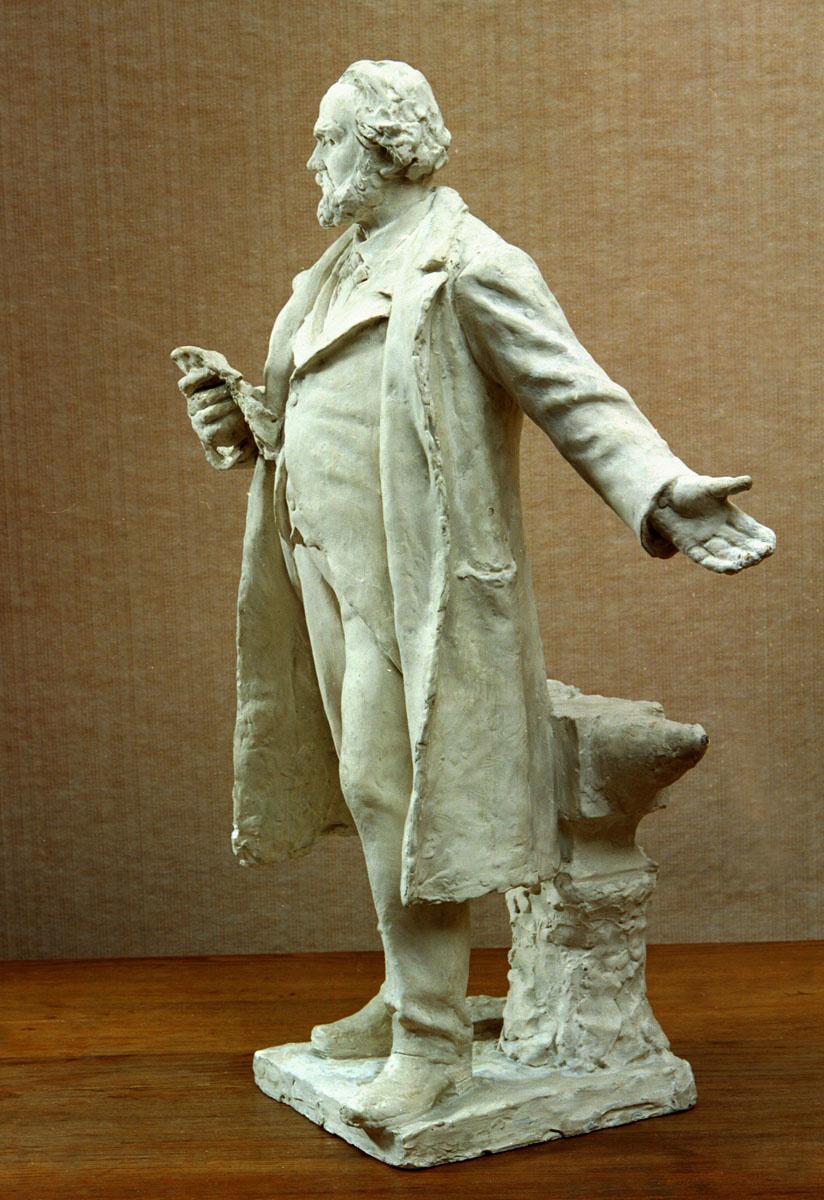 La statuette est photographiée de profil