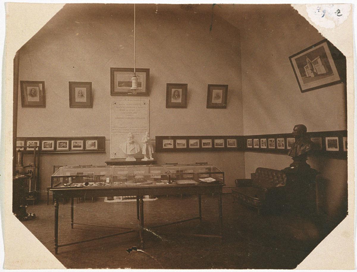 La photographie montre la salle du musée créé en 1925 par la Société du Familist