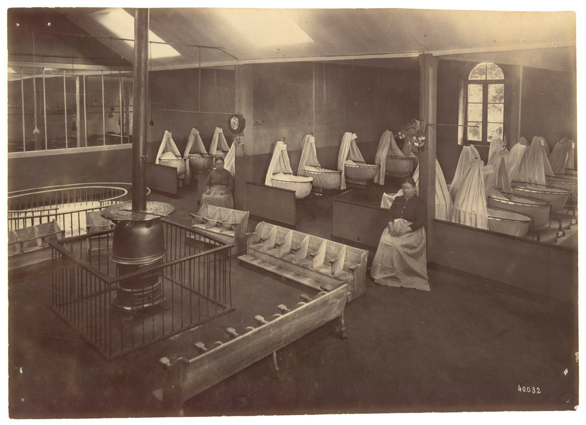 La photographie montre l'ensemble de la nourricerie du Familistère.