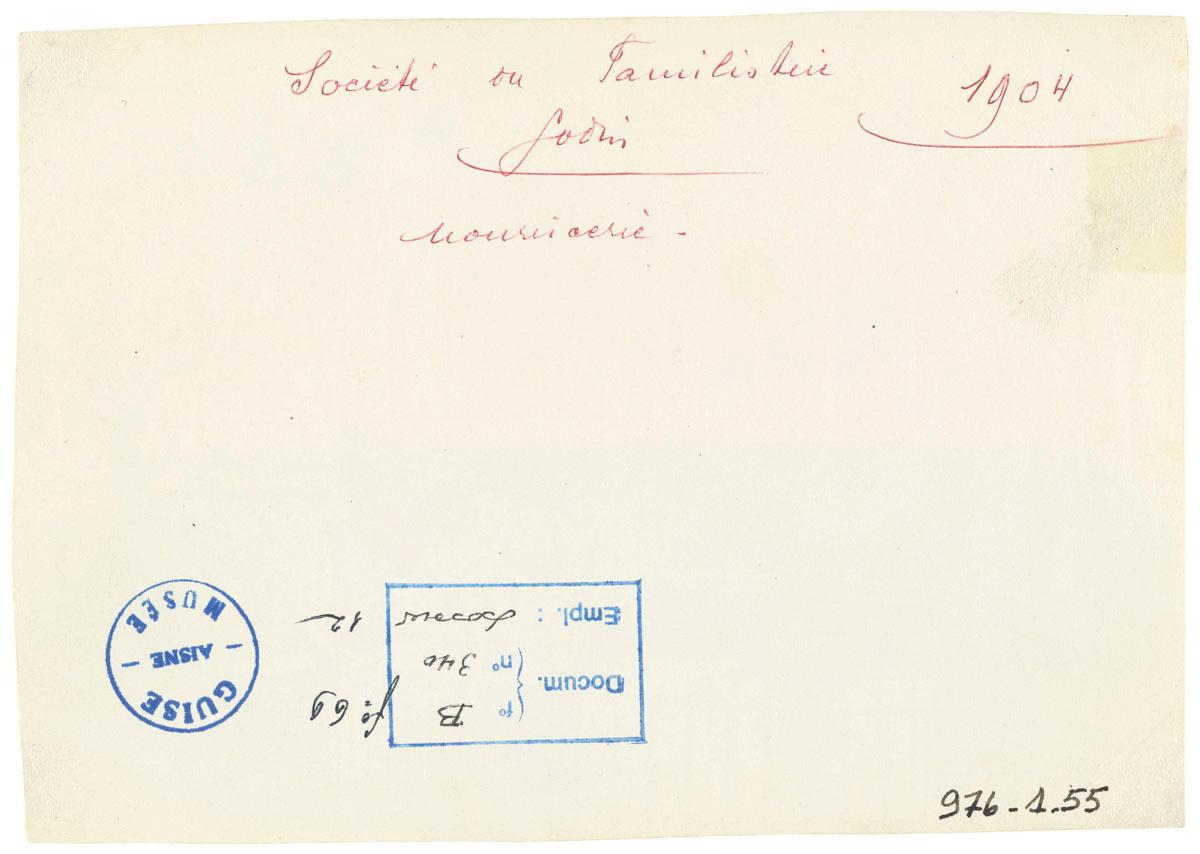 Verso de la photographie représentant le promenoir de la crèche du Familistère.