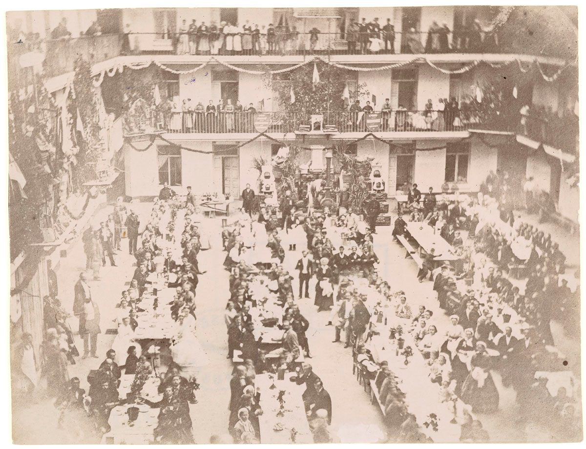 La photographie montre le banquet tenu en juin 1872 dans la cour du pavillon cen