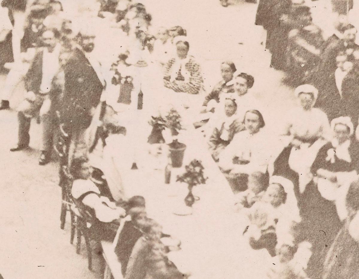 Sur ce détail, on voit Godin debout sur une chaise au milieu du banquet.
