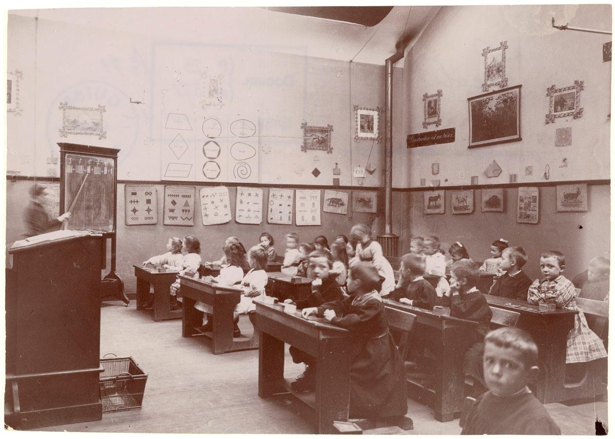La photographie montre une classe des écoles du Familistère.
