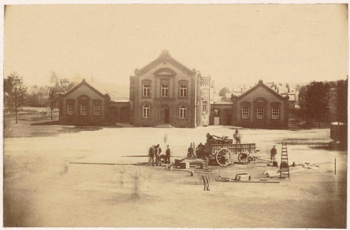 La photographie représente la place du Familistère vue d'un étage du pavillon ce