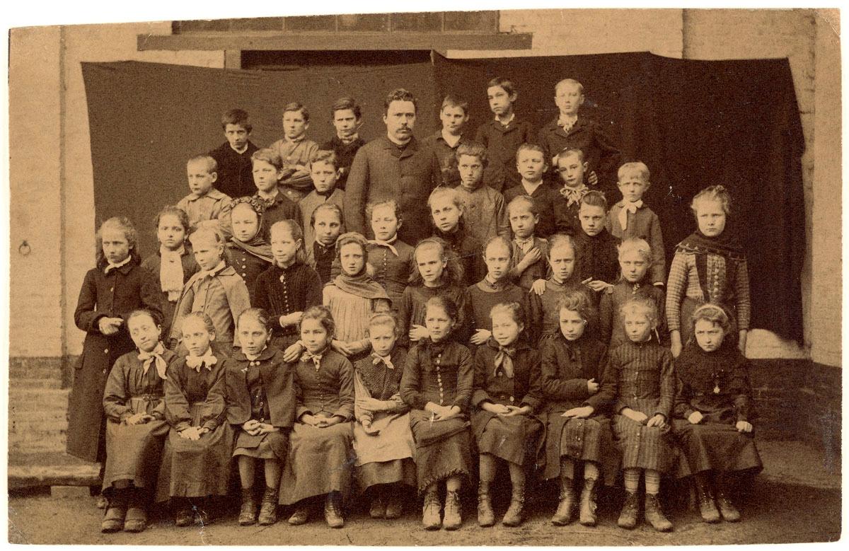 La photographie représente une classe des écoles du Familistère.