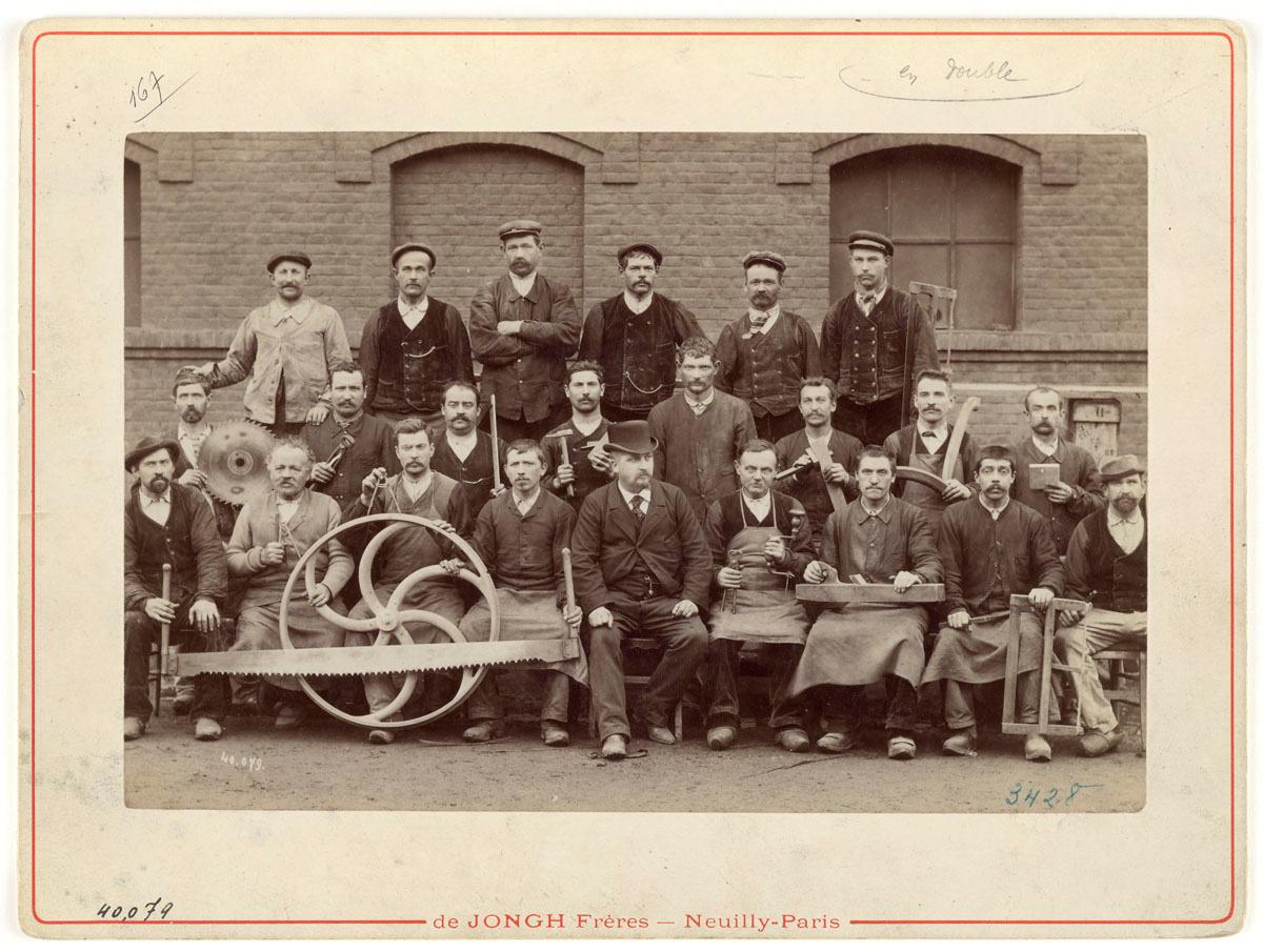 La photographie montre le personnel de la menuiserie de l'usine du Familistère