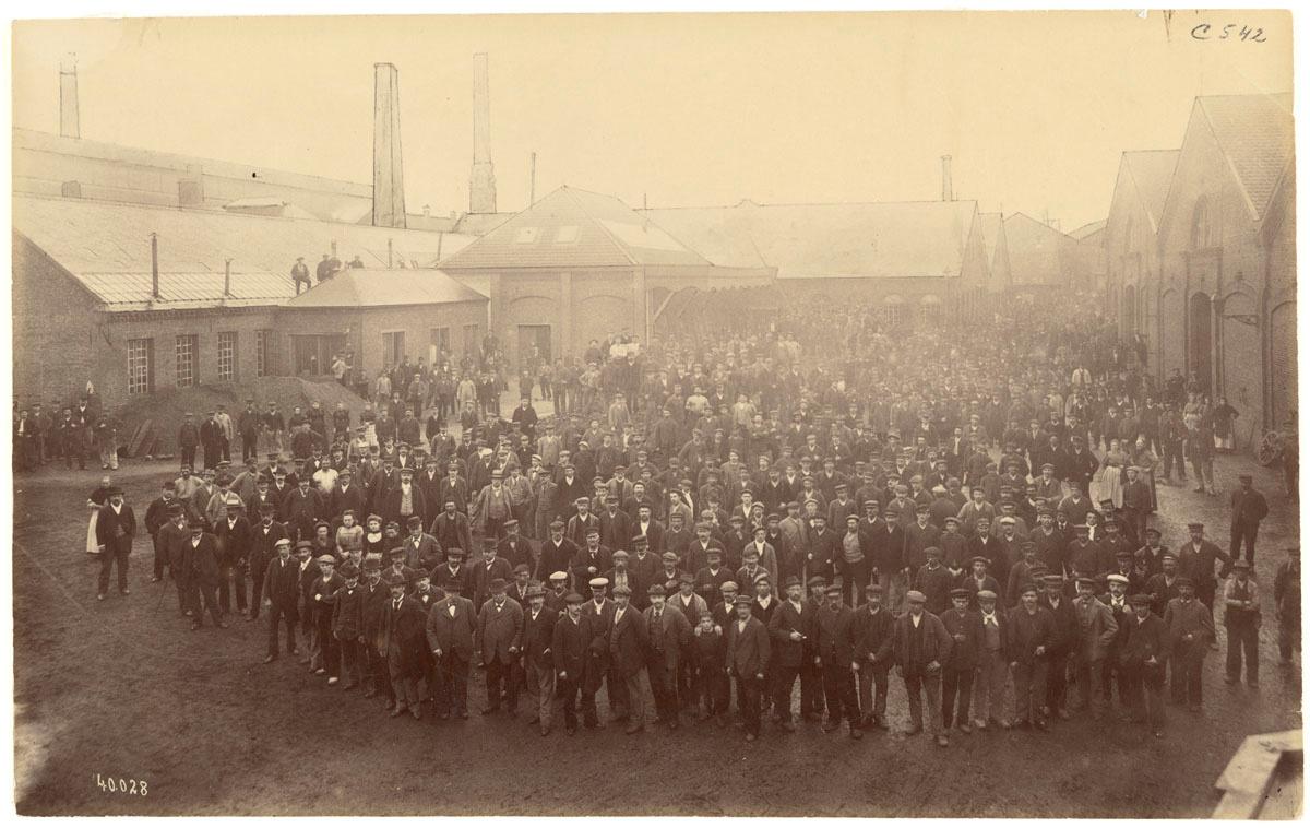La photographie montre l'ensemble du personnel de l'usine du Familistère