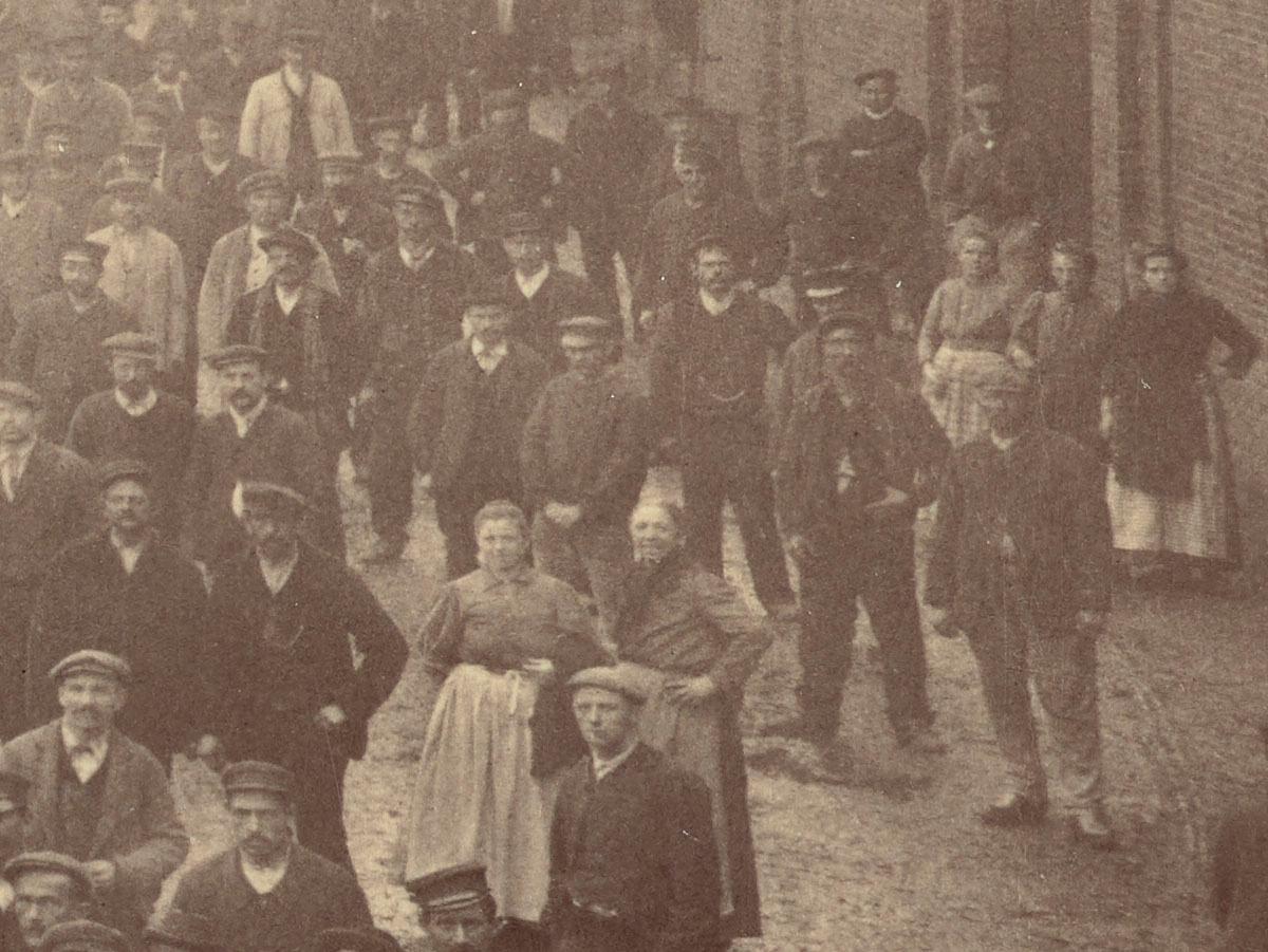 Détail de la photographie de l'ensemble du personnel de l'usine du Familistère