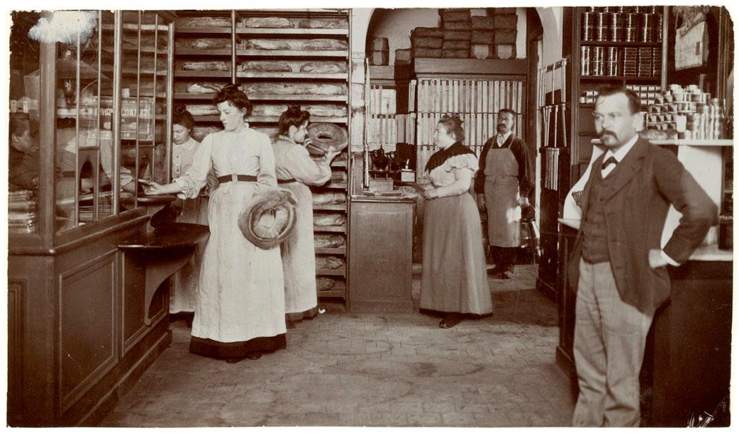 La photographie montre une vente de pain dans l'épicerie du Familistère