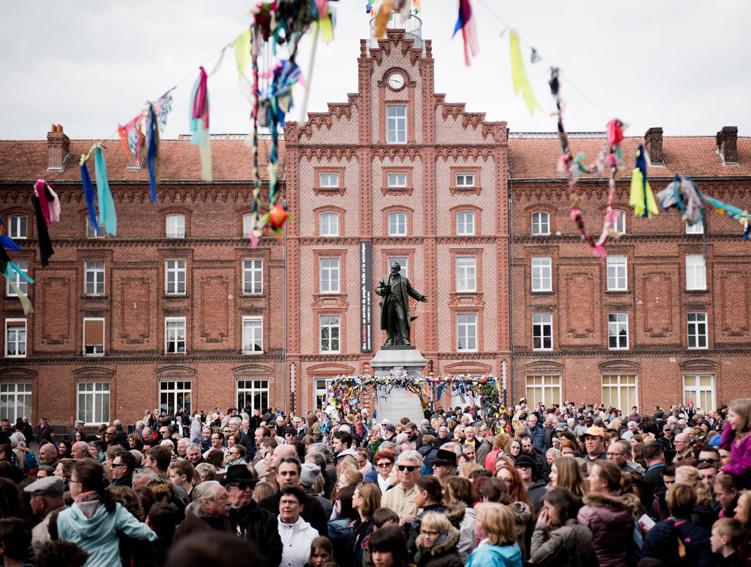 Vu sur la foule sur la place du Familistère durant la fête du Premier Mai 2018.