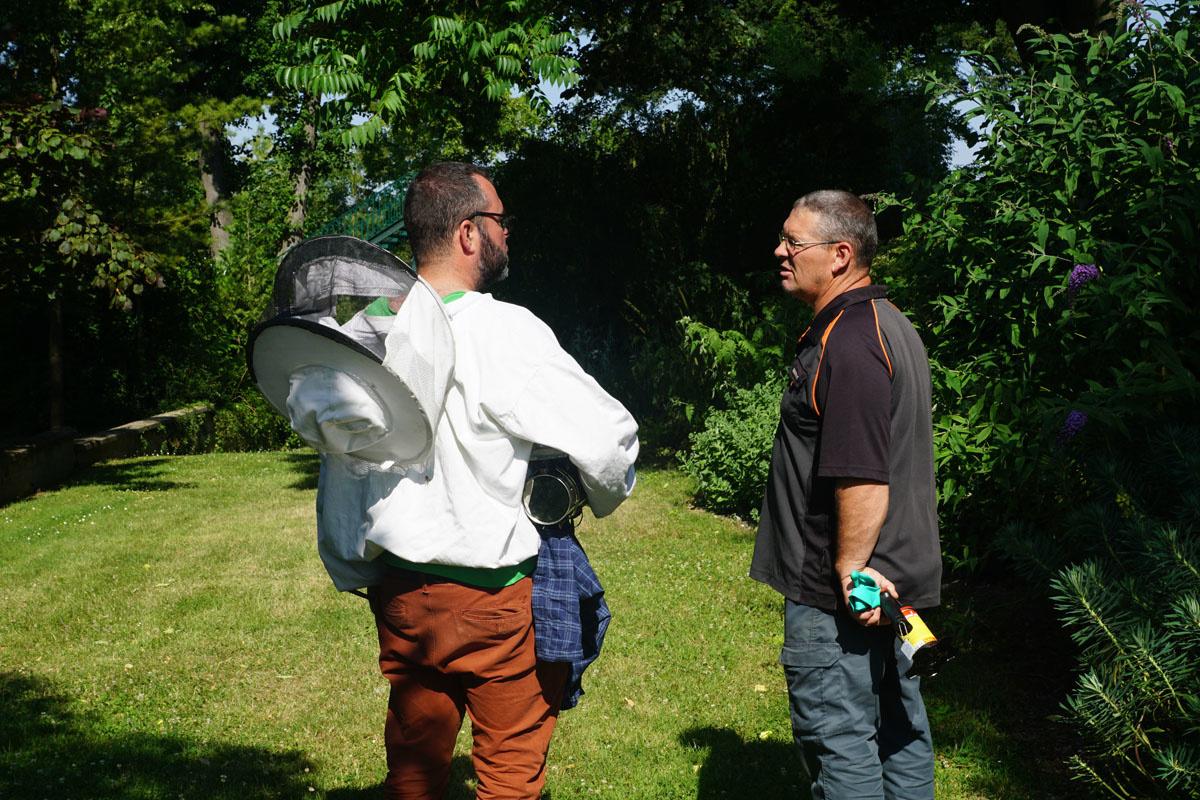La photographie montre Olivier Darné et Crhistophe Graignon en conversation dans