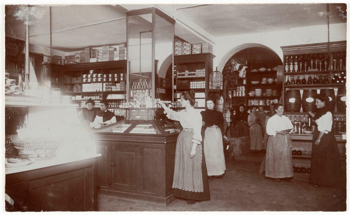 La photographie montre l'intérieur de l'épicerie du Familistère