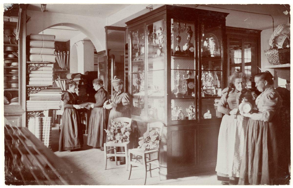 La photographie montre l'intérieur de la mercerie du Familistère.