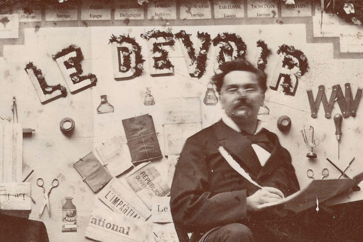 Détail de la photographie du trophée du journal Le Devoir.