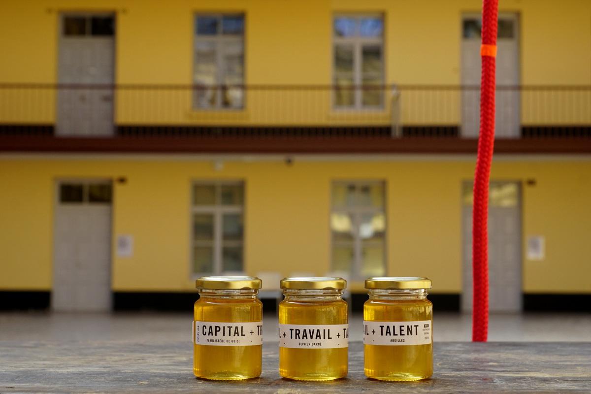 La photographie montre 3 pots de miel dans la cour du pavillon central.