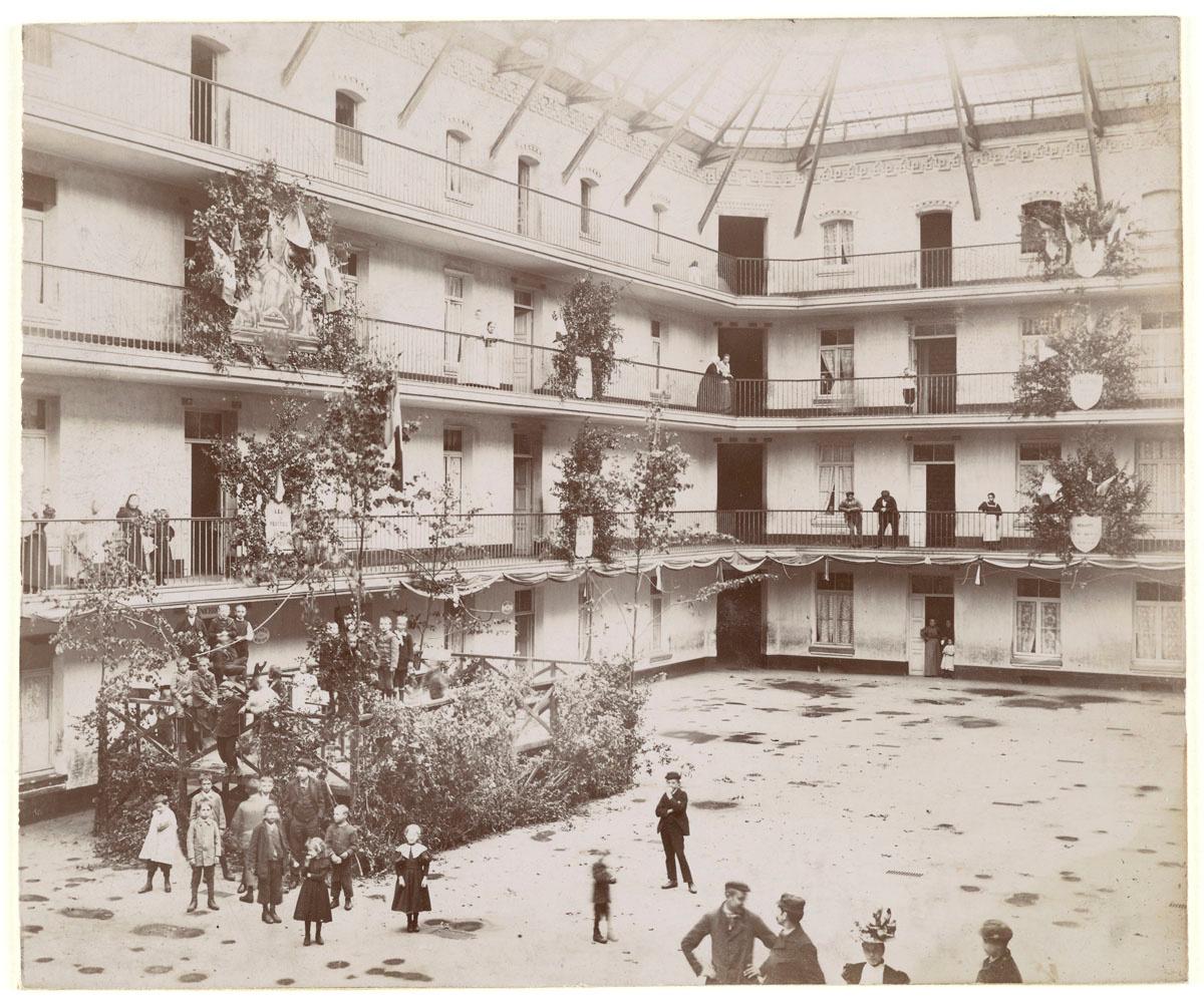 La photographie montre la préparation de décors dans la cour du pavillon central