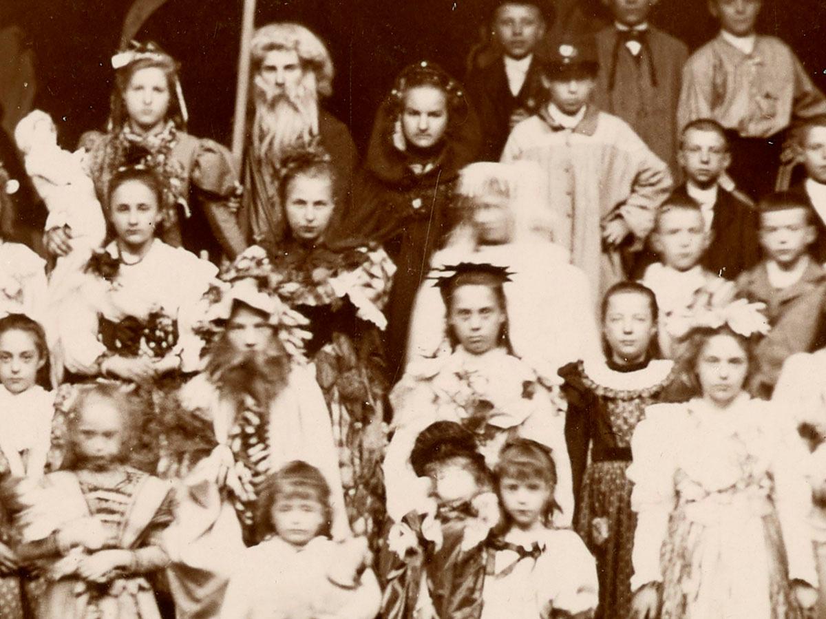 Le détail montre quelques enfants costumés.