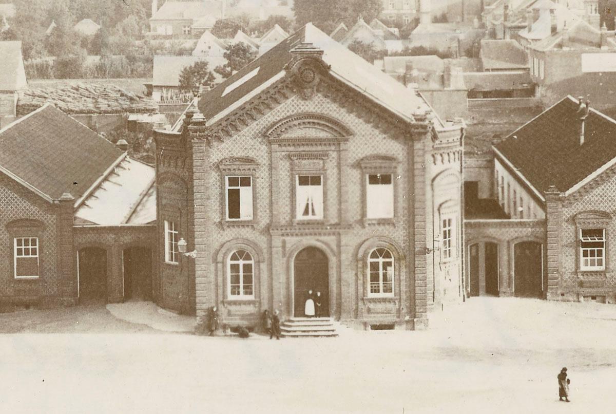 Lé détail de la photographie montre le théâtre du Familistère.