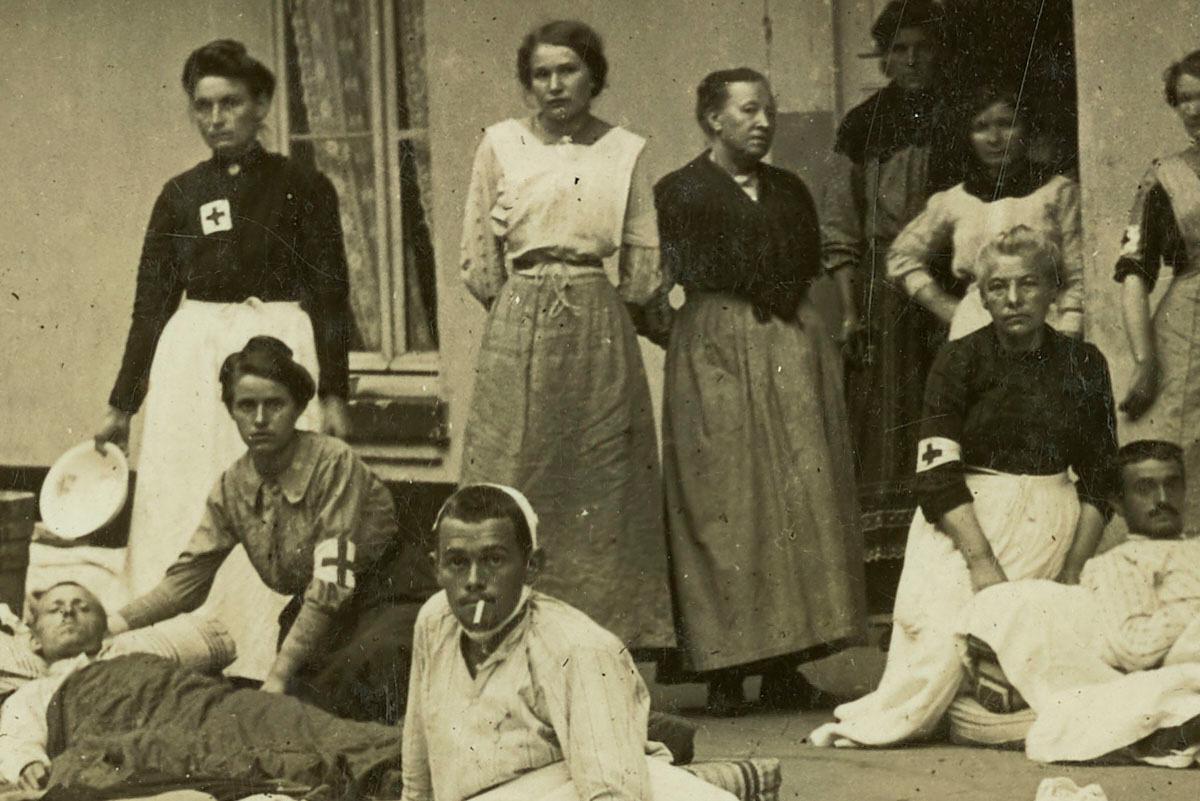 Le détail montre un groupe de femmes de la Croix-Rouge