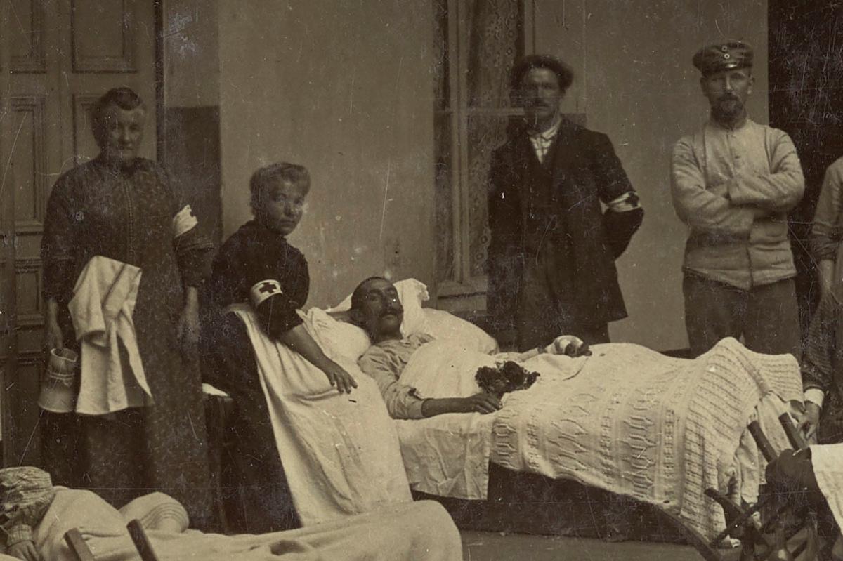 Détail montrant un blessé et une bénévole
