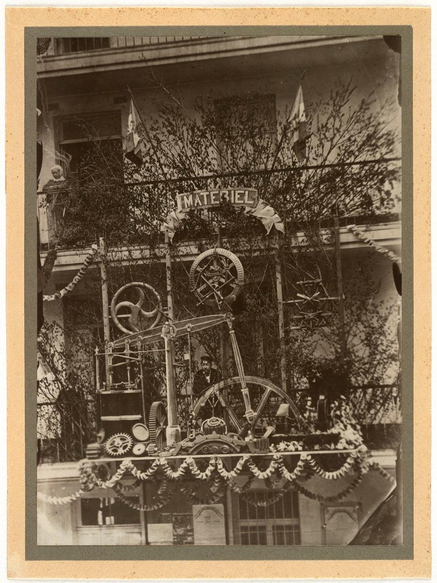 La photographie montre le trophée de l'atelier du matériel de l'usine du Familis