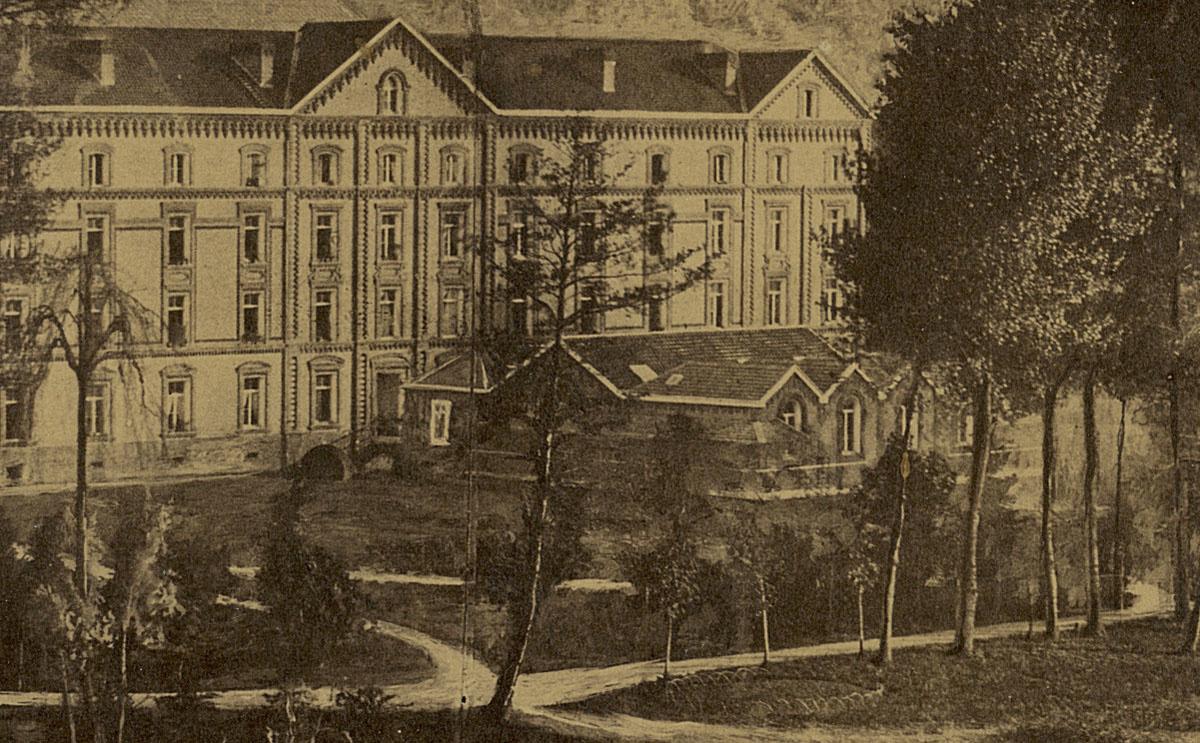 Détail de la photographie du Palais social vu du nord, montrant la crèche.