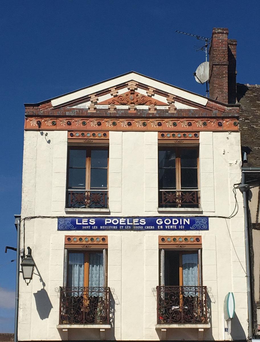 """La photographie représente une enseigne """"Godin"""" sur une maison de Nonancourt."""