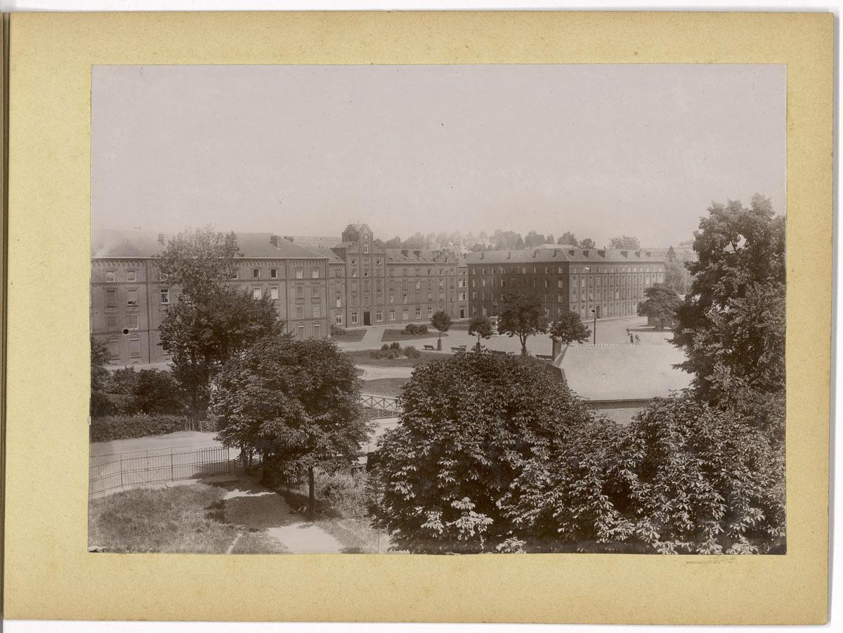 La photographie montre le Palais social achevé.