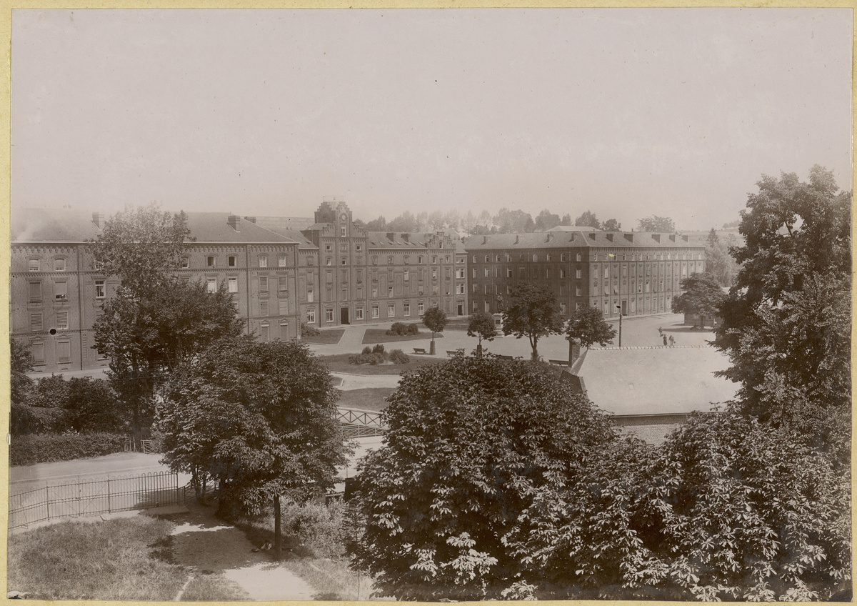La photographie montre le Palais social du Familistère.