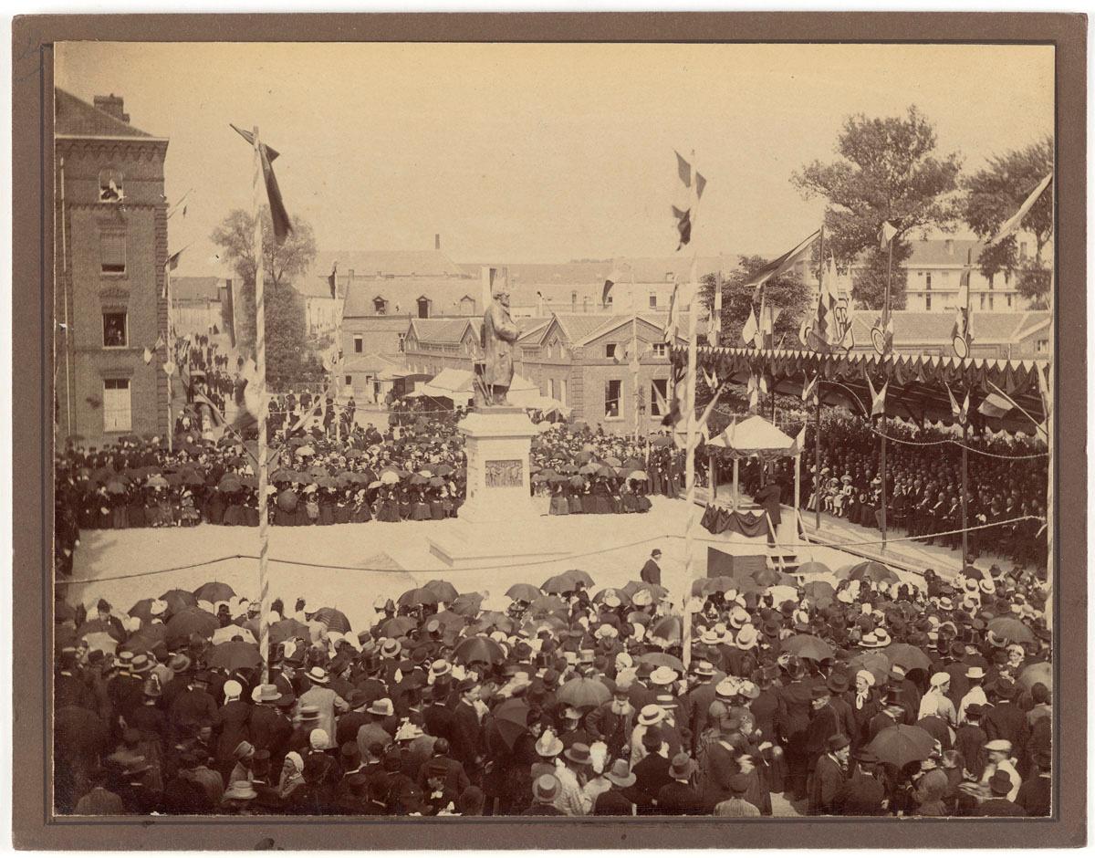 La photographie montre l'inauguration de la statue de Godin.