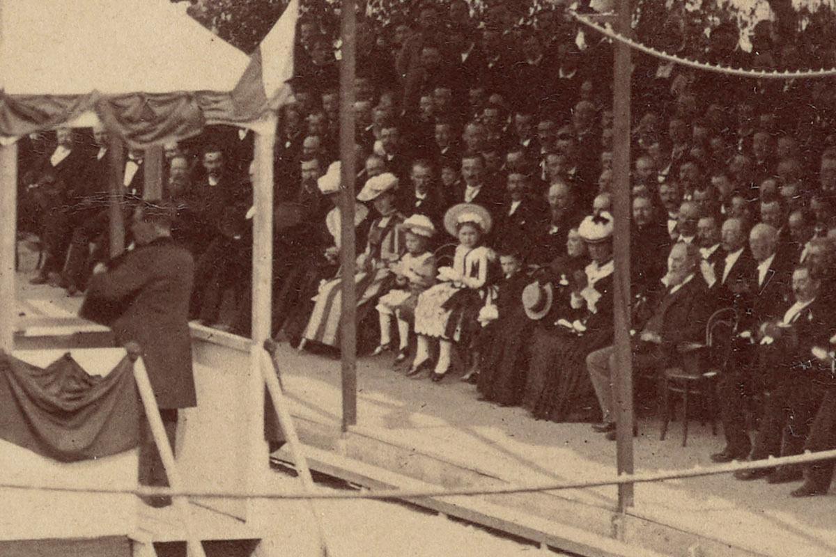 Détail de la photographie de l'inauguration de la statue de Godin.
