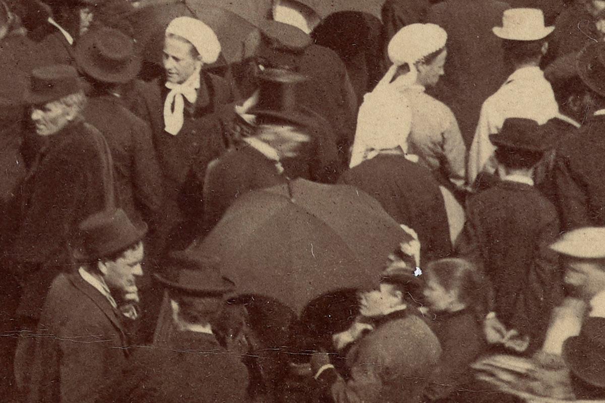 Détail de la photographie de l'inauguration de la statue de Godin