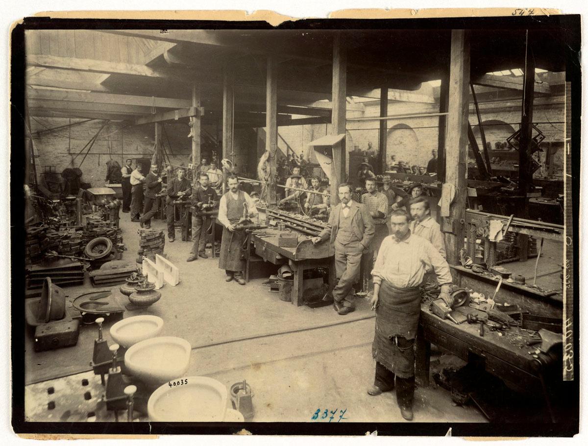 La photographie montre l'intérieur de la quincaillerie de l'usine