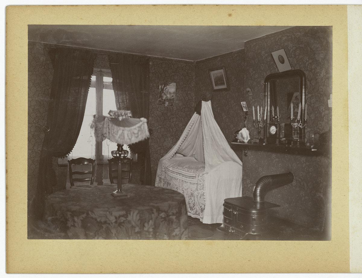 La photographie montre une chambre à coucher d'un logement du Familistère