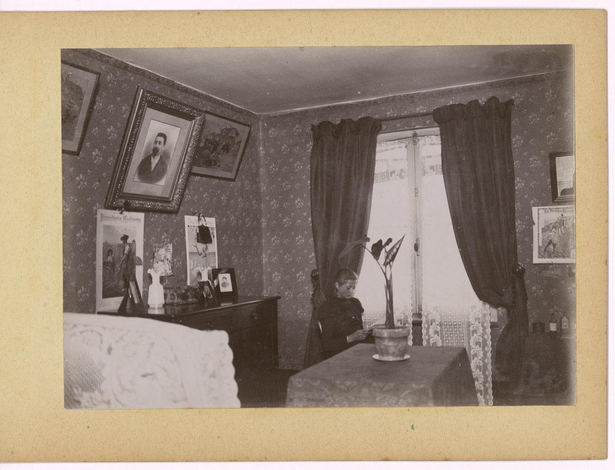 La photographie montre une chambre à coucher avec une fillette.